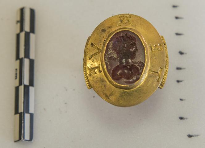 L'anneau sigillaire et son buste de dieu antique.
