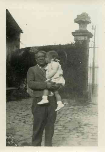 «Cette photographie a été prise dans la maison d'Ambroise Vollard, le principal marchand de Picasso à cette époque. Dans une lettre datée du 9 septembre 1936, Vollard informe Marie-Thérèse qu'il place à sa disposition sa maison du Tremblay-sur-Mauldre, à une quarantaine de kilomètres de Paris. Marie-Thérèse, alors installée rue de la Boétie, souhaite quitter Paris pour vivre à la campagne avec sa fille, Maya. Picasso lui rend visite régulièrement pour passer des moments en famille dans ce lieu d'intimité, loin de l'agitation parisienne. »