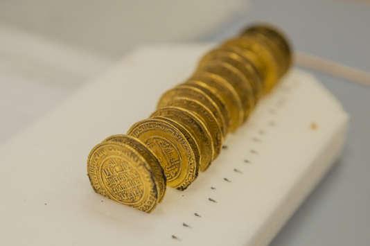 Les dinars en or retrouvés à l'abbaye de Cluny.