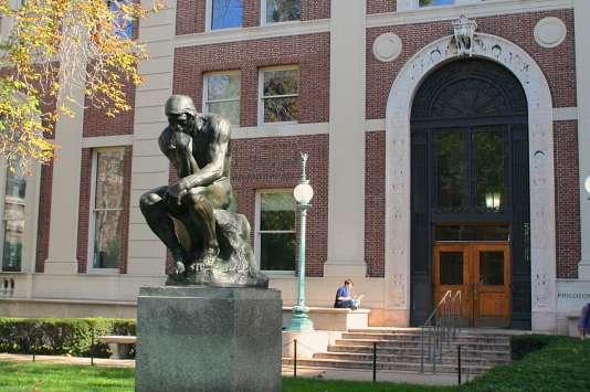 L'une des vingt-cinq copies du «Penseur» de Rodin qui existent dans le monde, devant le bâtiment de philosophie de Columbia.