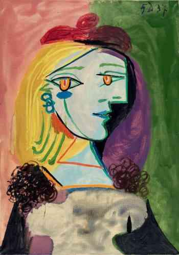 """«Ce portrait de Marie-Thérèse, à la posture hiératique, a été réalisé en 1937 dans un style que l'on pourrait qualifier de """"cubiste psychologique"""". Si les attributs et les couleurs habituellement associés à Marie-Thérèse sont bien visibles (le béret et les cheveux blonds), la présence de Dora Maar est perceptible. En effet, certains détails tels que le col de fourrure, mais aussi les couleurs dissonantes et les formes angulaires rappellent les toiles consacrées à Dora Maar. Le fond bicolore vient confirmer cette tension entre les deux femmes, qui se partagent la peinture ainsi que la vie de Picasso.»"""