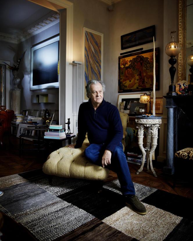Jacques Grange dans son appartement parisien ayant appartenu à Colette, tout comme la méridienne  beige sur laquelle il est assis, en 2014.