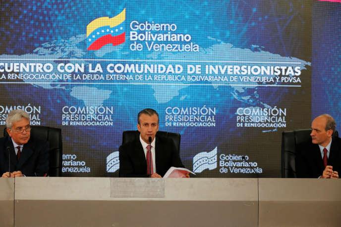 Le vice-président du Venezuela Tareck El Aissami (au centre) pendant une réunion avec des créanciers à Caracas au Venezuela.