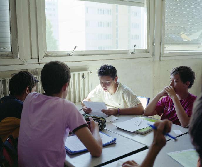 Situé à Bordeaux, le collège expérimental Clisthène propose une organisation originale du temps et des matières enseignées. Ici, travail en groupe lors d'un cours de français, en 2013.