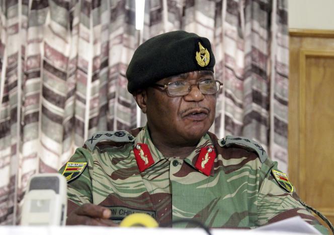 « Nous devons rappeler à ceux qui sont derrière ces dangereuses manigances que lorsqu'il s'agit de protéger notre révolution, l'armée n'hésitera pas à intervenir », a rappeléConstantino Chiwenga –ici le 13 novembre 2017–, le chef de l'armée zimbabwéenne.