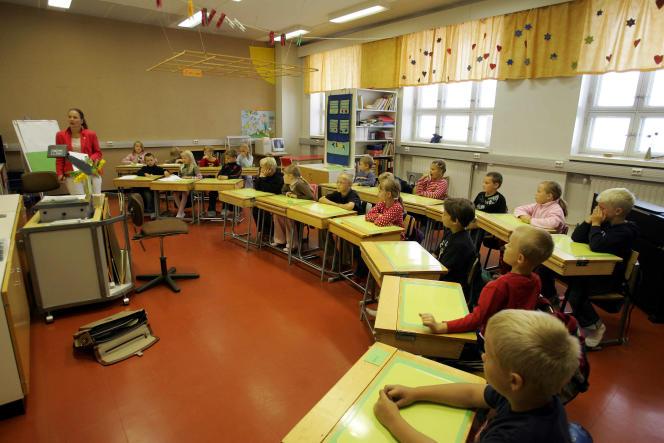 En 2005, selon une étude européenne, le système d'éducation finlandais était reconnu comme l'un des meilleurs d'Europe. Ici, le 17 août 2005, lors de la rentrée des classes de l'école primaire de Vaasa.