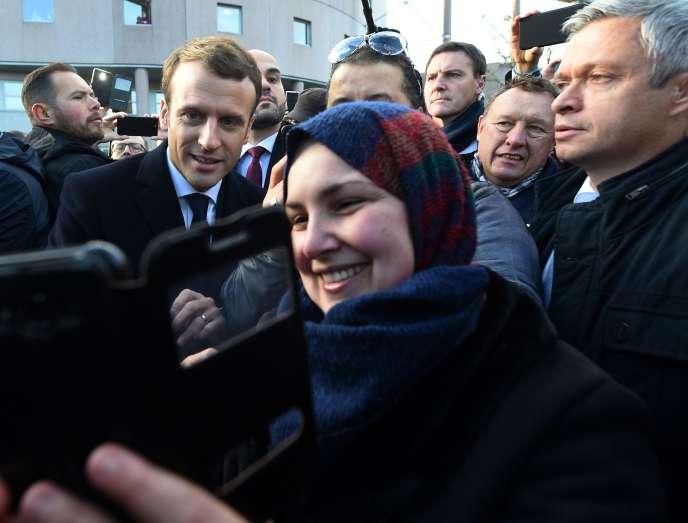 Le président français, Emmanuel Macron, avec des habitants de la ville de Tourcoing, dans le Nord, le 14novembre 2017.