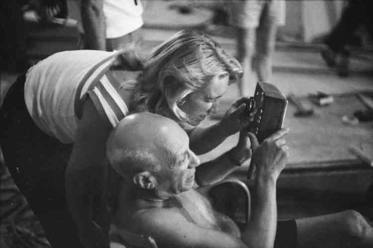 """«En 1955, Maya participe à la réalisation du film d'Henri-Georges Clouzot, """"Le Mystère Picasso"""". Son rôle pendant le tournage est immortalisé par les clichés d'Edward Quinn, dans lesquels on la voit assister son père durant les différentes étapes de création. Cette photographie témoigne de la complicité unique qui lie Picasso et Maya.»"""