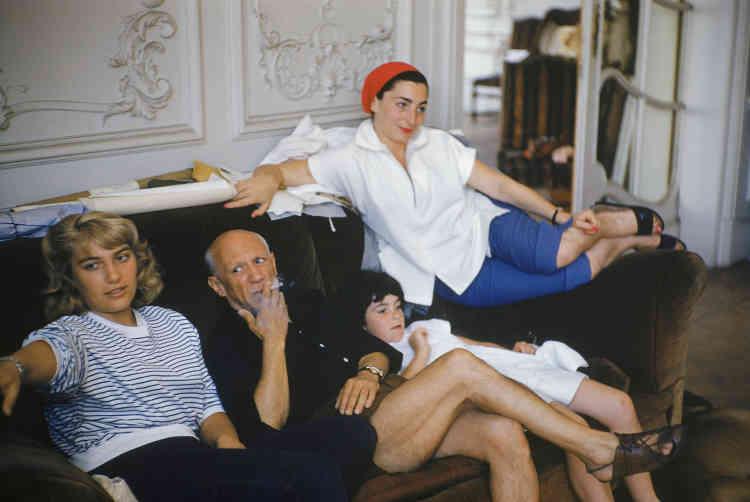 «Malgré la nouvelle vie de Picasso avec Jacqueline à La Californie à Cannes, Maya continue d'entretenir des liens forts avec son père. Ce cliché de Mark Shaw rend compte d'un moment privilégié avec sa sœur spirituelle, Catherine Hutin, pour qui Maya a toujours eu beaucoup d'affection.»