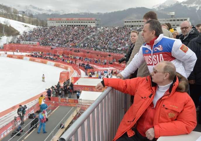 Vladimir Poutine et son ministre des Sports de l'époque, Vitali Moutko, lors des JO de Sotchi. Les deux hommes contestent leur implication, et celle de l'appareil d'Etat, dans les manipulations présumées des échantillons antidopage.