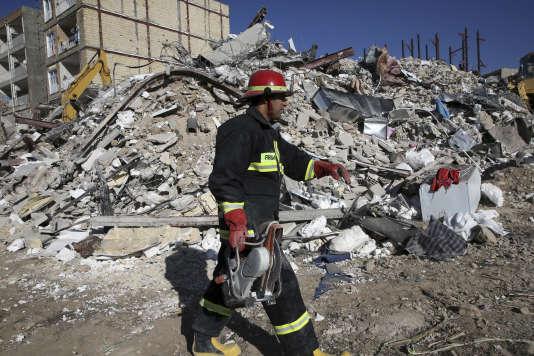 Un secouriste dansla ville de Sar-e Pol-e Zahab, fortement touchée par le séisme du12novembre.