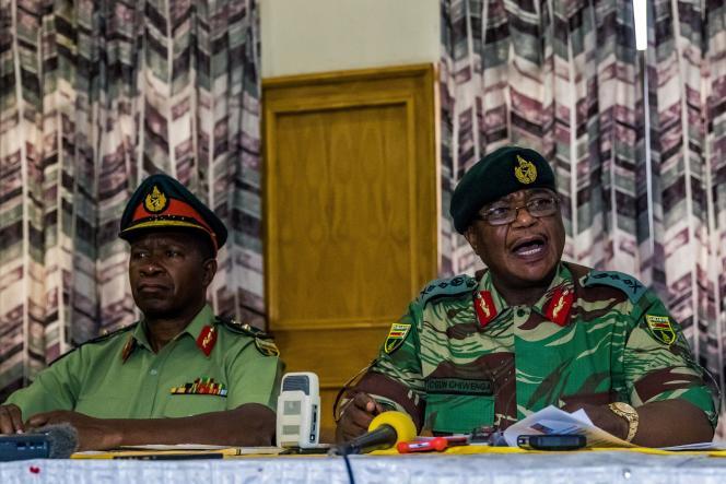 Les généraux Valerio Sibanda (gauche) et Constantino Chiwenga (à droite), lors d'une conférence presse au siège de l'armée zimbabwéenne, à Harare, le 13novembre 2017.