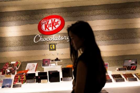 Les différents parfums des chocolats KitKat, dans une boutique à Tokyo, le 29 août.