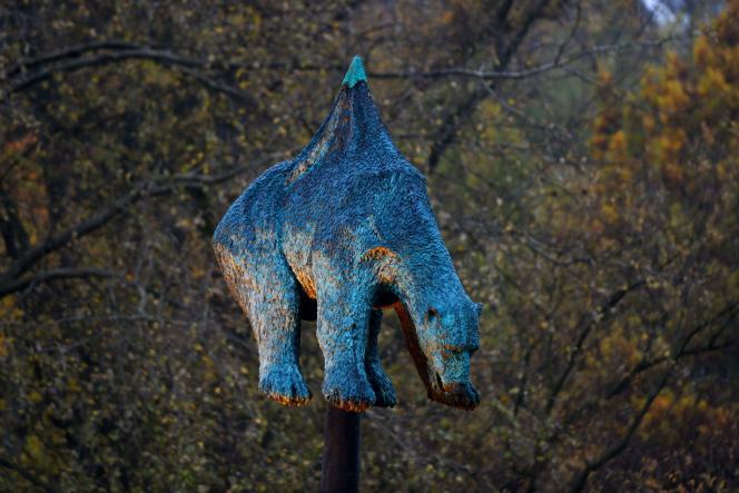 La sculpture« Unbearable», représentant un ours empalé sur un pipeline, à Bonn, le 8 novembre.
