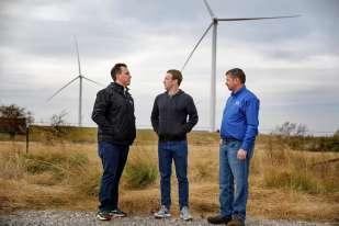Le fondateur de Facebook, Mark Zuckerberg, a achevé le 11 novembre son« année de voyage» (year of travel) en se rendant dans l'Oklahoma, où il a visité une ferme d'éoliennes et un centre pétrolier.