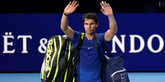 Rafael Nadal salue ses fans après sa défaite contre le Belge David Goffin à Londres.