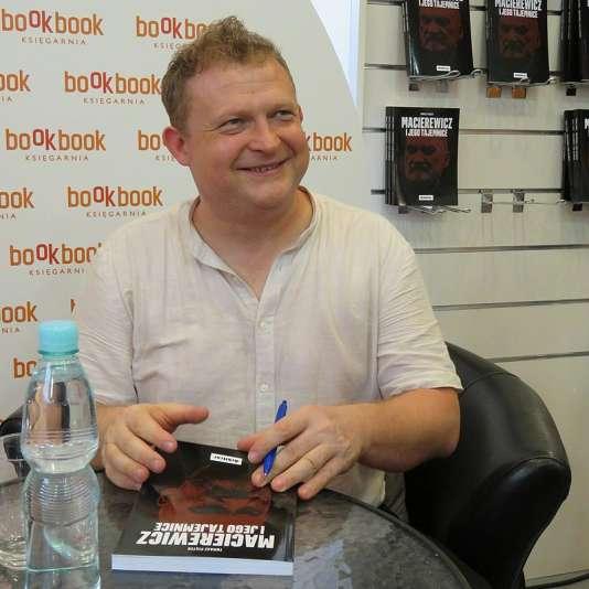 Tomasz Piatek présente son livre sur le ministre de la défense polonais, Antoni Macierewicz, le 29 juin.
