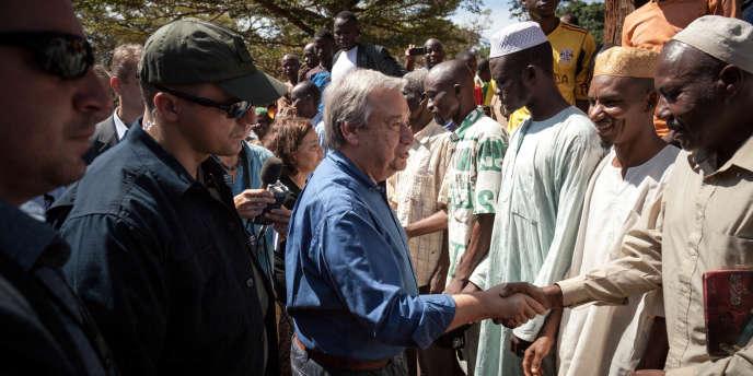 Le secrétaire général de l'ONU, Antonio Guterres, rend visite à des déplacés musulmans dans le camp de Petit Séminaire, à Bangassou, dans le sud-est de la Centrafrique, le 25octobre 2017.