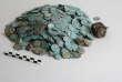 Le trésor découvert à Cluny: les deniers et oboles d'argent à gauche, la bourse en cuir à droite.