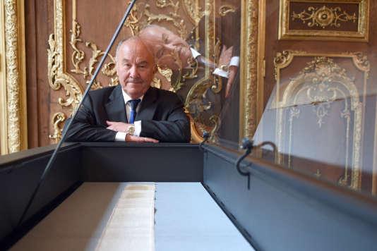 Gérard Lhéritier, président d'Aristophil, devant le manuscrit des« 120 Journées de Sodome» du marquis de Sade, à Paris, le 2 avril 2014.