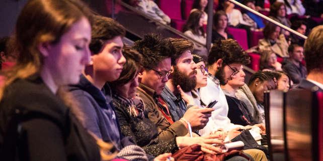 Des lycées et des étudiants lors d'une conférence d'O21 en 2017 où des débats interactifs et des ateliers les aident à choisir leur orientation et anticiper les métiers de demain.
