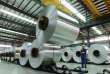 Un ouvrier manipule des rouleaux d'aluminium dans une usine du comté de Suixi, dans la province d'Anhui (centre de la Chine),le 3 août.
