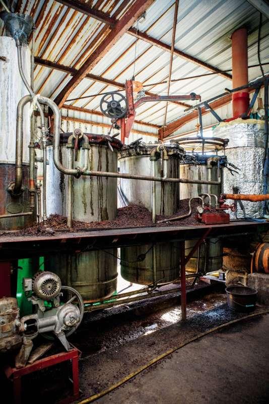 Laurent Cazottes pratique la distillation à partir de cultures bio et sur la recherchede l'équilibre des goûts. Ici, les cuves.