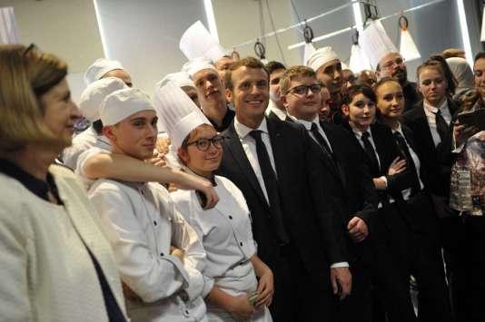 Emmanuel Macron avec des élèves d'une école hôtelière, à Tourcoing le 14 novembre 2017 /ALCALAYSARAH_1500.1521/Credit:Sarah ALCALAY/SIPA/1711141615