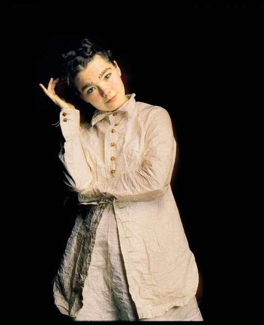 Bébé hippie, enfant star et ado rockeuse, Björk a désormais l'âge des choses sérieuses. A 28ans, après avoir connu le succès avec les Sugarcubes, la voilà qui se lance dans une carrière en solo avec un premier album sobrement intitulé «Debut ». Et sa tenue estdu même acabit. En effet, qu'y a-t-il de plus sobre qu'un ensemble blanc en tissu «papier », allègrement froissé, orné de boutons dorés, porté boutonné jusqu'à la glotte et rehaussé, au niveau des sourcils, de quelques points de khôl ? Dans la garde-robe de Björk, rien.