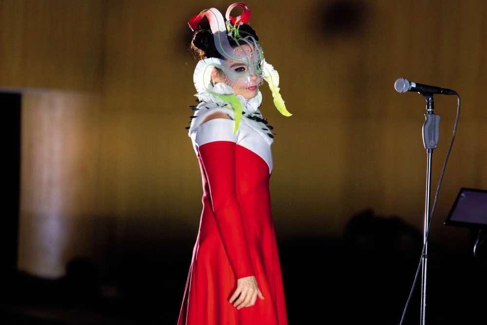 C'est bientôt Noël et, de toute évidence, Björk est dans les starting-blocks. Son cadeau est un nouvel album, «Utopia », plus festif que les précédents et censé donner envie de faire « de nouvelles expériences avec de nouvelles personnes ». Sa tenue est, elle, une réinterprétation libre de celle du Père Noël, la barbe en moins, lemasque de plumes en plus. Un seul défaut : les enfants risquent d'avoir un peu peur…