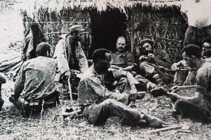 Che Guevara (à droite) entouré de combattants cubains venus épauler les rebelles simbas, sur la base de Kibamba au Congo, en 1965.