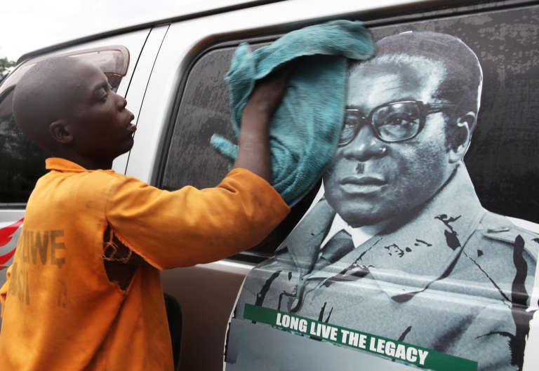 Le 15 novembre 2017, à Hararé, portrait du président zimbabwéen Robert Mugabe jeune. Aujourd'hui âgé de 93 ans, Robert Mugabe est au pouvoir depuis trente-sept ans.