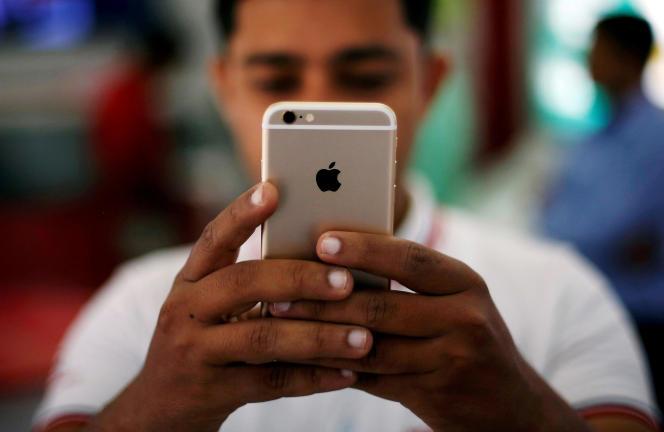 Apple a révélé qu'il bridait volontairement les performances du téléphone après un certain temps dans le but « de prolonger la durée de vie » de celui-ci.
