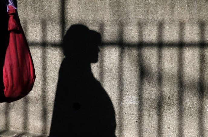Un patiente dans l'enceinte de l'hôpital Sainte-Anne à Paris, en février 2007.