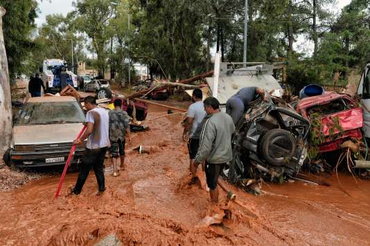 Des coulées de boue ont submergé la ville de Mandra, près d'Athènes, le 15 novembre.