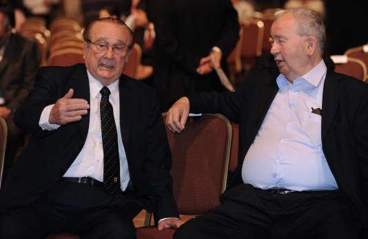L'ex-président de la Conmebol Nicolas Leoz (à gauche) et le vice-président de la FIFA Julio Grondona, aujourd'hui disparu, sont accusés d'avoir été au centre d'un système de corruption concernant les droits télévisuels en Amérique latine et l'attribution de la Coupe du monde au Qatar.