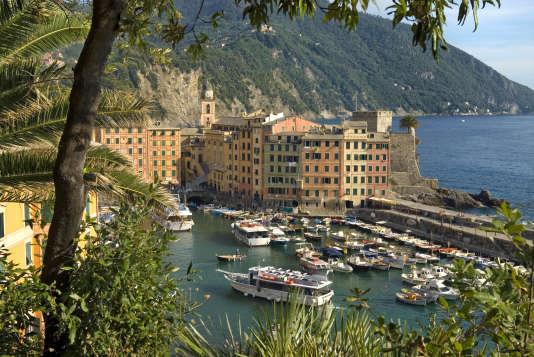 Camogli, véritable carte postale avec sa vue sur le pittoresque port de pêche de la côte ligure, en Italie.
