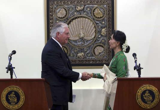 Aung San Suu Kyi, à droite, et Rex Tillerson, à l'issue d'une conférence de presse conjointe au ministère des affaires étrangères, àNaypyidaw, la capitale birmane, mercredi 15 novembre 2017.