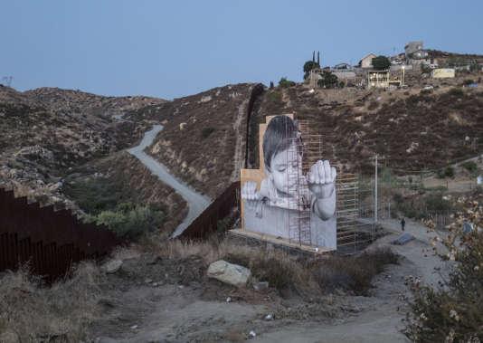 A Tecate, au Mexique, le long de la frontière avec les Etats-Unis, l'artiste JR a installé en septembre ce portrait géant d'un enfant mexicain.
