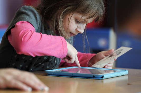 Elève d'une école maternelle travaillant sur une tablette, en mars2013 àHaguenau.