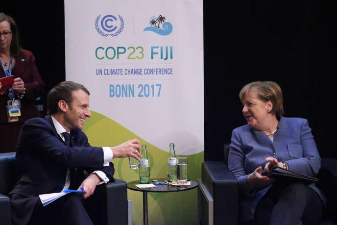 Angela Merkel s'entretient avec Emmanuel Macron, à Bonn, le 15 novembre.
