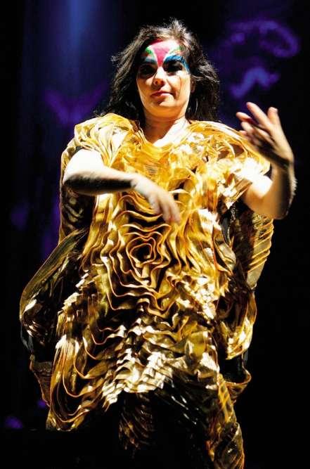 Quatorze ans après ses débuts en solo, l'Islandaise continue ses explorations musicales et son odyssée stylistique. A l'occasion du festival Austin City Limits, Björk démontre ainsi qu'elle a atteint le niveau supérieur des tutos maquillage et qu'elle puise désormais l'inspiration de ses toilettes dans l'environnement. De fait, si cette robe dorée n'est pas inspirée par les mesures d'ondes sismiques d'un volcan islandais, par quoi pourrait-elle bien l'être ? On préfère ne pas savoir.