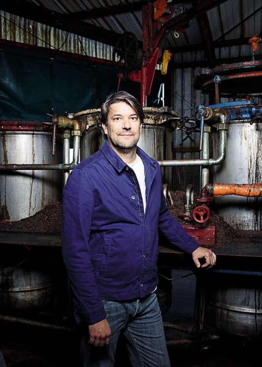 Le liquoriste Laurent Cazottes, le 30 octobre, devant l'alambic hérité de son père, agriculteur et bouilleur ambulant.