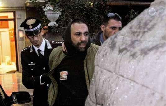 Le chef mafieux Roberto Spada, lors de son arrestation le 9 novembre 2017, après avoir passé à tabac le journaliste de la Rai, Daniele Piervincenzi. La vidéo de l'agression a fait le tour du monde.
