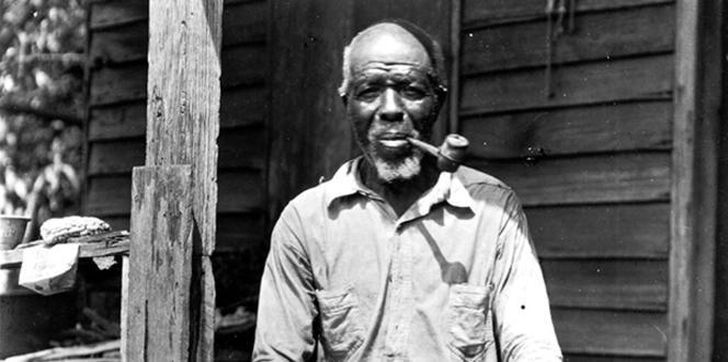 Cudjo Lewis, l'une des dernières victimes de la traite négrière arrivées aux Etats-Unis en 1860, a été photographié en 1928 par la novelliste Zora Neale Hurston.