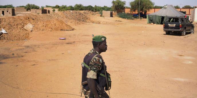 Ayorou, le 2 novembre 2017. Dans l'enceinte de la gendarmerie du village qui a été lourdement attaquée et pillée le 21 octobre 2017 par un groupe djihadiste affilié à l'Etat islamique. L'attaque a fait 13 victimes du côté des gendarmes. C'est la deuxième attaque cette année.