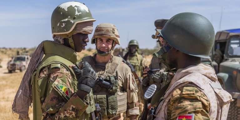 Un soldat des Forces Maliennes (à gauche), un soldat de la mission française Barkhane (au centre) et un soldat burkinabé au cours de l'opération de coordination tactique conjointe «Hawbi», le 4 novembre, dans le désert malien.