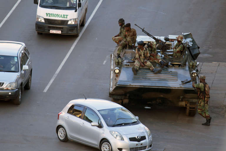 Des militaires en faction dans les rues de Harare, le 15 novembre.