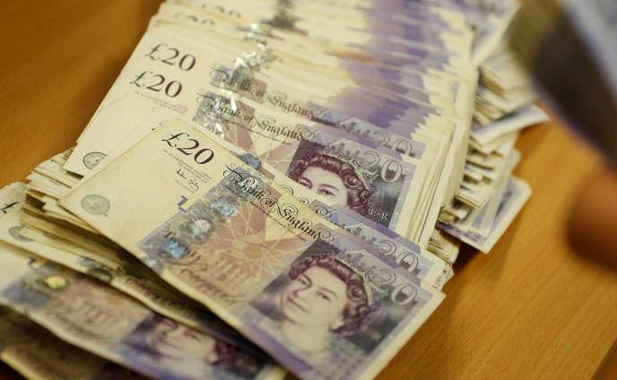 « Pour un café et une pâtisserie payés par carte bancaire 5livres sterling (soit 5,60euros), viennent s'ajouter environ 2,15euros de frais, soit un tiers de la facture initiale.»