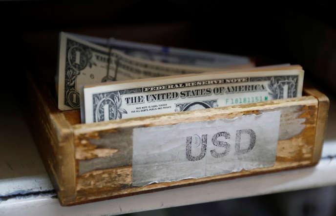 « Le billet vert devrait être dopé par deux autres effets de la réforme fiscale : la baisse de l'impôt sur les sociétés, qui va augmenter la demande de dollars pour acheter des actions américaines, et l'amnistie des 2 900 milliards de profits que des multinationales ont parqués à l'étranger.»